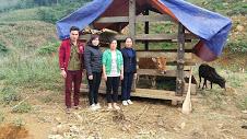 Thường trực Hội LHPN huyện trao bò cho hội viên phụ nữ nghèo